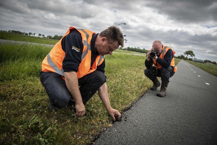 Pepijn de Haan en Arend Kort van de Provincie Groningen inspecteren wegen en bruggen op schade na de zware aardbeving in de provincie Groningen.  Beeld ANP