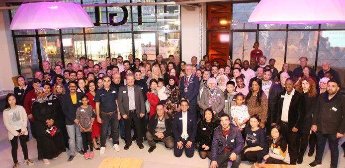 Burgemeester John Jorritsma met een deel van de nieuwe Nederlanders uit Eindhoven, tijdens de jaarlijkse naturalisatiebijeenkomst in IGLUU in de Lichttoren.