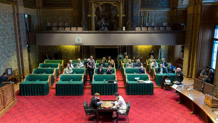 De prachtige plenaire zaal van de Eerste Kamer dient op deze foto als arena voor het WK dammen Beeld Jerry Lampen