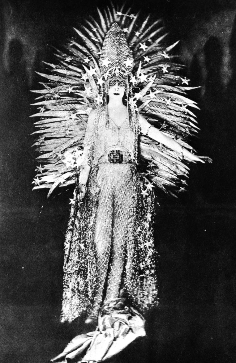 Parijs, 1922: Luisa Casati in feestuitdossing. Beeld Getty