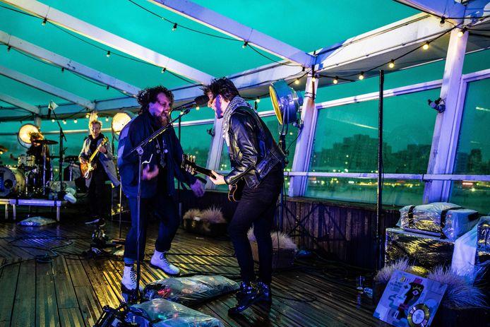 DI-RECT tijdens een online live show eerder, vanaf De Pier.
