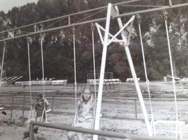 Iris en haar broer Eddy in de eerste speeltuin van het domein.