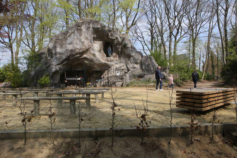 Bij de Lourdesgrot werd een bank gezet en struiken geplant.