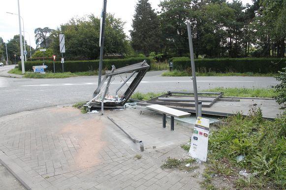 Het bushokje is volledig vernield, buiten het zitbankje.