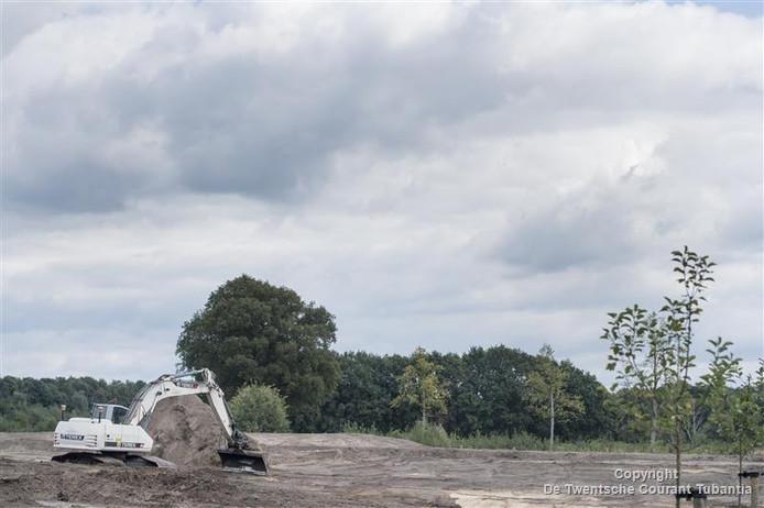 Nieuwe randweg in Hellendoorn, rijbaan is al uitgegraven tussen de ijsfabriek en Schuilenburgerweg