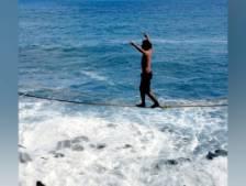 Il marche sur un élastique au-dessus de l'océan Pacifique