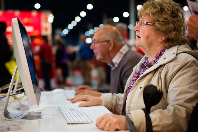 Ouderen achter computers tijdens de 50 Plus Beurs in de Jaarbeurs in Utrecht.