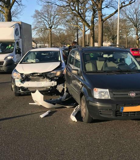 Vrouw gewond bij ongeluk met meerdere voertuigen op N65 bij Haaren