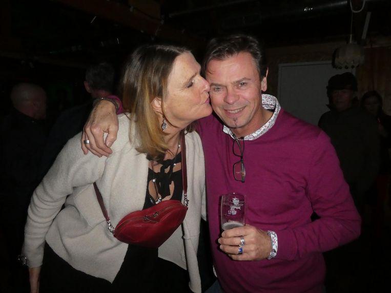 Wijndocent Nicolas Hartley neemt zijn vrouw Marja Baas (fairtradetassen Myomay) een avondje mee uit naar Cougarland. Dat is pas liefde Beeld Schuim