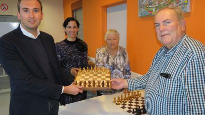 Schaakclub van ontmoetingscentrum De Blomme krijgt schaakborden voor blinden