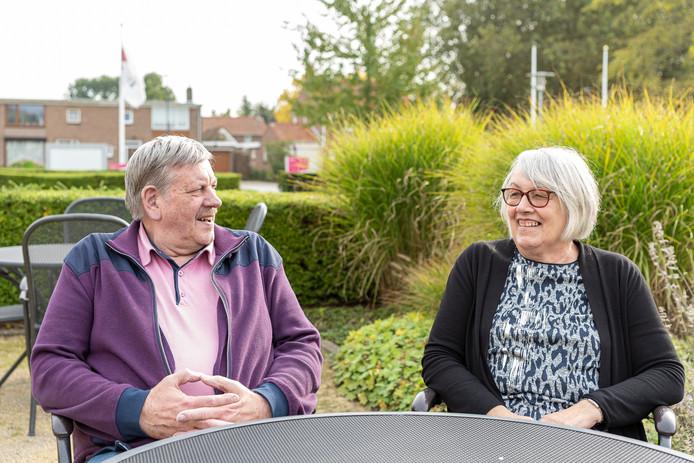 """Willy de Bruine (rechts) gaat twee dagen in de week naar De Kraayert in Lewedorp. Ze heeft dementie. ,,Ik weet dat ik veel dingen vergeet."""" Links haar man Hans."""