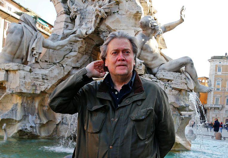 Steve Bannon volgde de verkiezingen in Italië van nabij. Hier poseert hij voor een fontein in Rome.