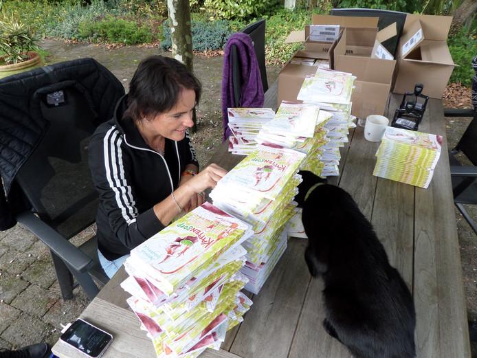 Janneke Schotveld tussen de boeken die ze signeert