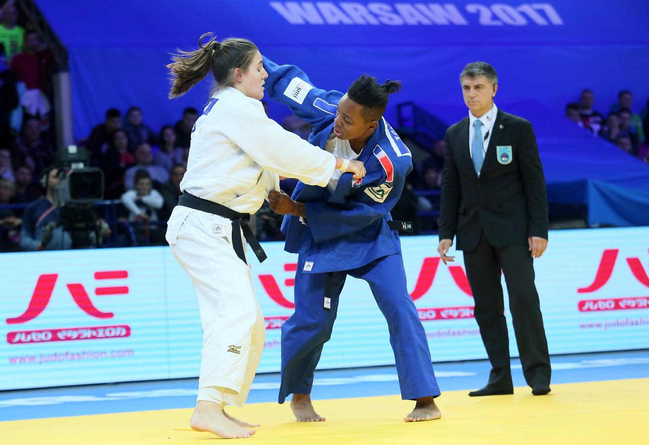 Guusje Steenhuis (links) in gevecht met Audrey Tcheumeo tijdens de Grand Slam van Parijs.