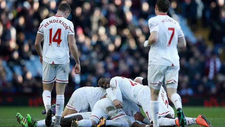 Liverpool-speler Kolo Toure wordt omringd door ploeggenoten na het maken van de 6-0. Beeld AFP