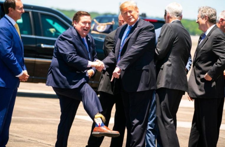 De vicegouverneur was maar wat blij met zijn Trump-sokken.