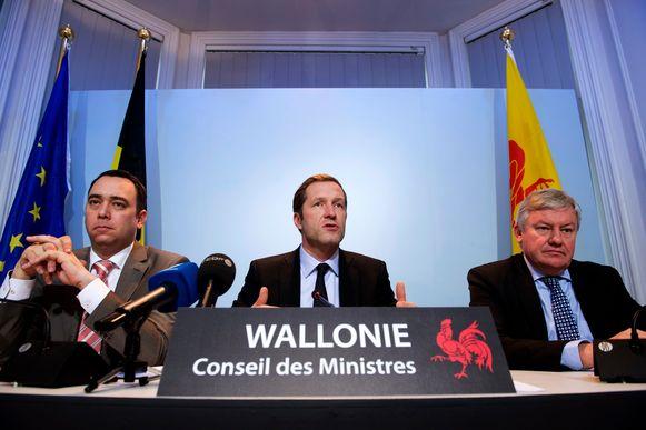 Paul Magnette (PS, midden), stond drie jaar aan het hoofd van de Waalse regering.