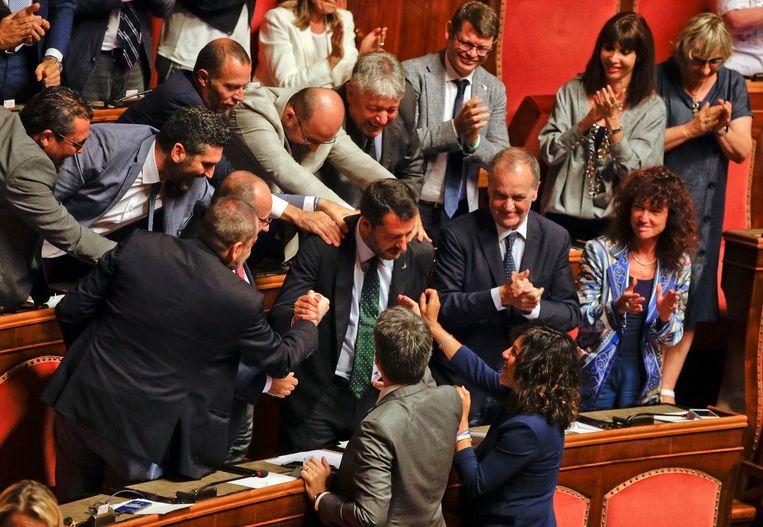 Lega-leider en vicepremier Matteo Salvini wordt dinsdag door zijn partijgenoten gefeliciteerd. Beeld Foto AP