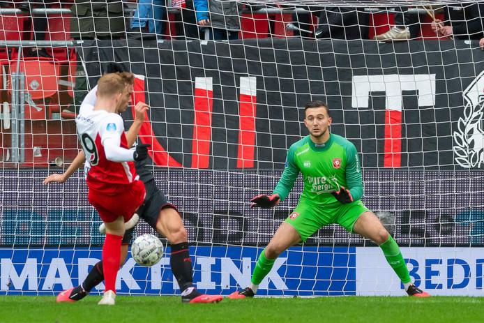 Jonas Arweiler van FC Utrecht maakt de winnende voor FC Utrecht. Doelman Joël Drommel kan er niets meer aan houden.