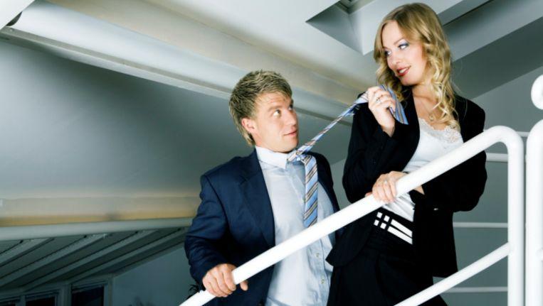 Mannen flirten op het werk