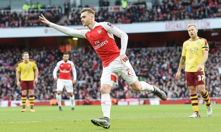 Calum Chambers scoort voor Arsenal.
