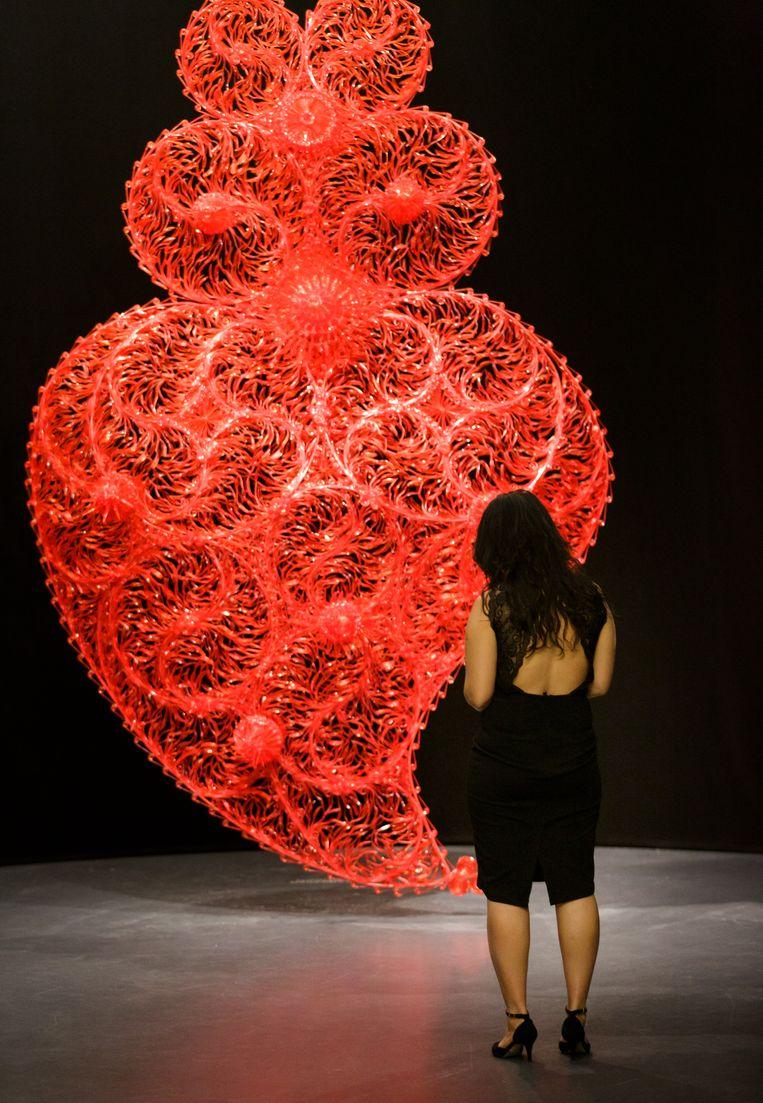 Red Independent Heart, 2005. Gebroken hart van wegwerpplastic. Beeld Kunsthal