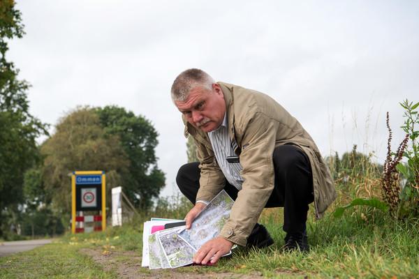 Gerrit de Jonge, voorman van VOV Ommen, bij een onderzoek in 2017 naar asbestdeeltjes in het buitengebied nadat inwoners daarover aan de bel hadden getrokken.