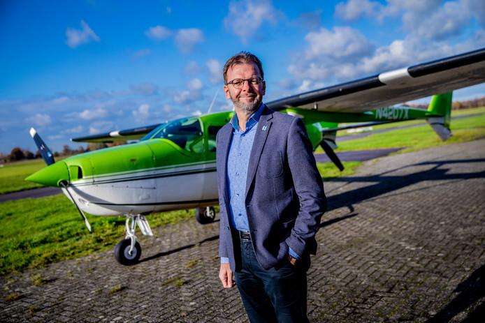 Prof. dr. ir. Leo Veldhuis van de TU Delft leidt het wetenschappelijk onderzoek naar elektrisch vliegen. Op de achtergrond de Cessna 337F Skymaster waarop de komende jaren allerlei tests worden gedaan.