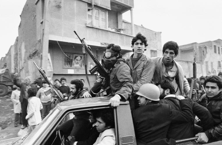 Rebellen in Teheran in 1979, bij het hoofdkwartier van Khomeiny. Beeld AP