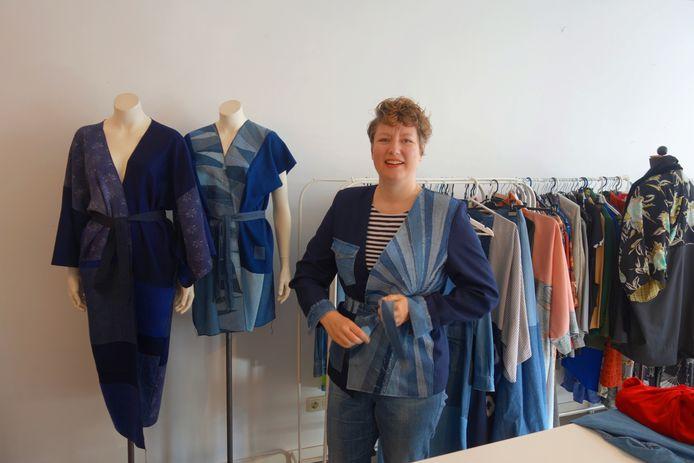 Van de 19 spijkerhemden die Jasmijn Miltenburg van haar overleden vader erfde maakte zij nieuwe kleding.