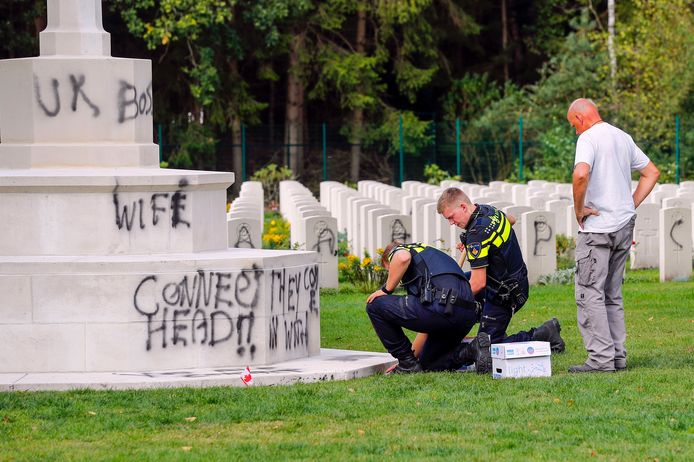 De politie deed vrijdag onderzoek op de  oorlogsbegraafplaats in Mierlo nadat graven en monumenten volgespoten waren met letters en leuzen.