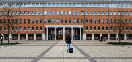 Messteker azc Velp: 'Slachtoffer stak zelf mes in voorhoofd'