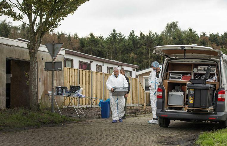 De politie doet onderzoek in een woning en een loods in Steenbergen.