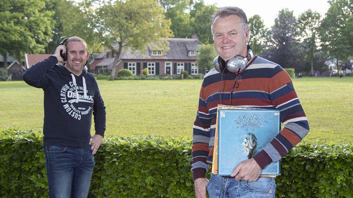 Henk Laing (rechts), Joris Heuven en vijf andere Haarlese dj's  draaien donderdag acht uur lang muziek om de hele wereld in coronatijd digitaal een hart onder de riem te steken.