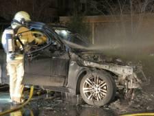 En weer is het raak: auto uitgebrand aan Van Deinselaan in Enschede