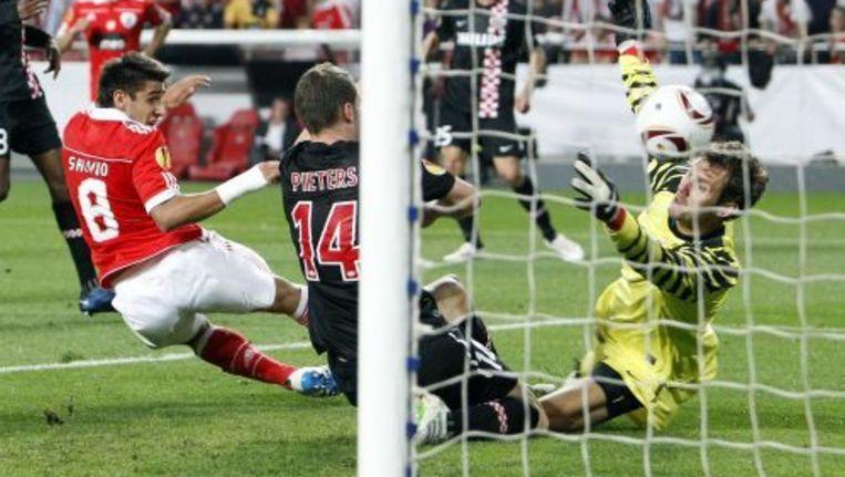 Eduardo Salvio (L) van Benfica schiet de 2-0 binnen. ANP PRO SHOTS Beeld