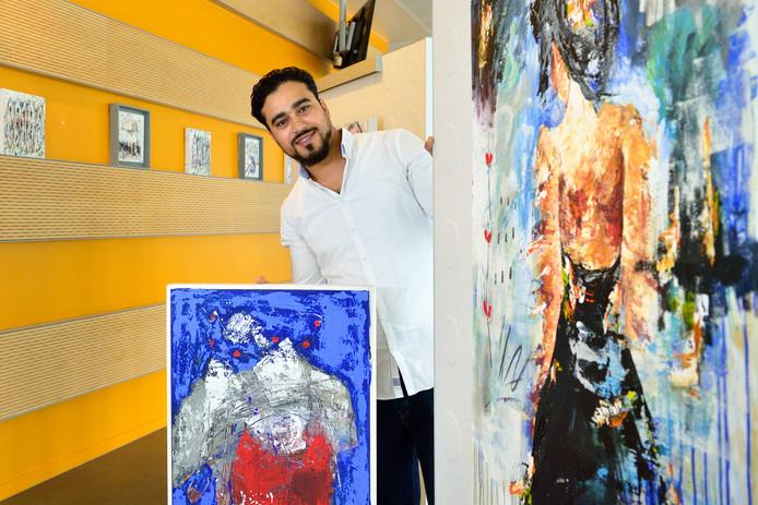 Kunstenaar Abdel El Mesnani bij zijn werken in het Huis van de Stad waar hij exposeert: ,,Ik hoop dat de bezoekers van mijn werk kunnen genieten.''