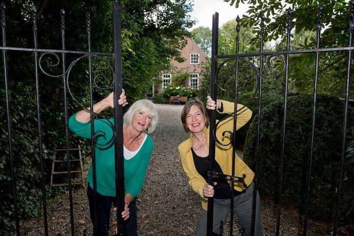 WaardArt-voorzitter én -deelnemer Lucy Kersten (links) en debutant Charlotte Vonk (voor haar huis in Acquoy) zetten komend weekend allebei de deuren open tijdens de open atelierroute West Betuwe.