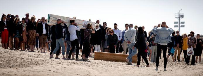 Veel nabestaanden kwamen vanmiddag naar Scheveningen ter nagedachtenis aan de omgekomen surfers.