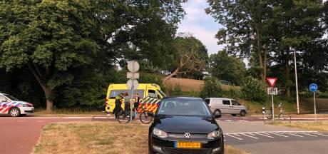 Fietser gewond aan hoofd na aanrijding met auto in Arnhem