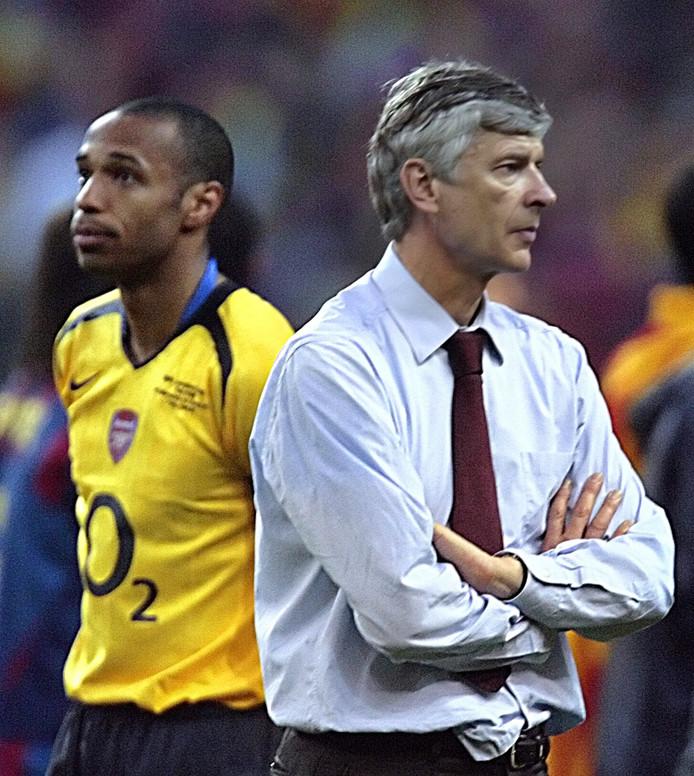 Thierry Henry en Arsène Wenger treuren na de verloren Champions League-finale tegen FC Barcelona in 2006.