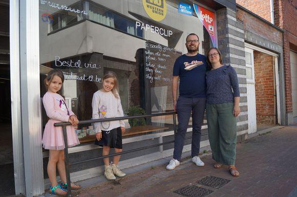 Bart Vanmaele en Joke Vandoorne, hier samen met dochters Nona (7) en Asa (6), toveren de voormalige Paperclip in de Neerstraat om tot ecologische eetcafé annex winkel