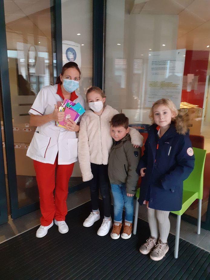 De kinderen gingen de kaartjes afgeven bij WZC Maria Rustoord.