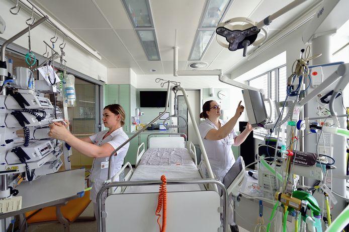 Verpleegkundigen Andrea Stolk (l.) en Nerissa Menheere starten in oktober in Bravis ziekenhuis met de opleiding tot volwaardige IC-verpleegkundige. Tijdens corona sprongen ze al bij op de IC-afdeling.