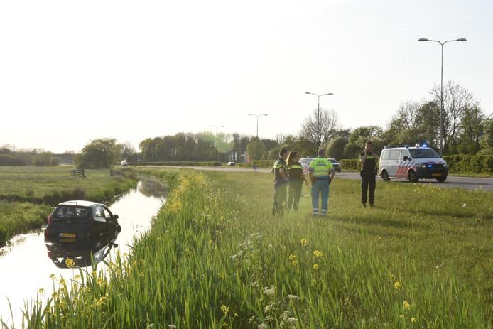 De auto belandde in een ondiep slootje langs de Zuilense Ring.