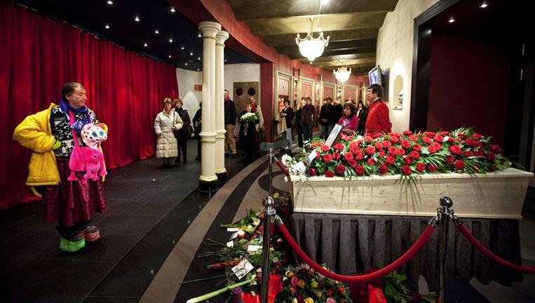 Mensen nemen maandag afscheid bij de kist van Ramses Shaffy die staat opgebaard in Carré. Foto ANP/Robin Utrecht Beeld