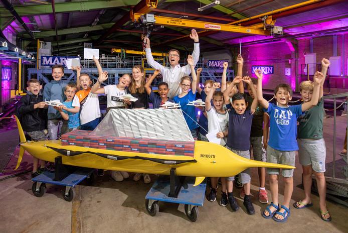 Leerlingen van vier winnende schoolklassen van de wedstrijd 'Ontwerp jouw schip van de toekomst'.