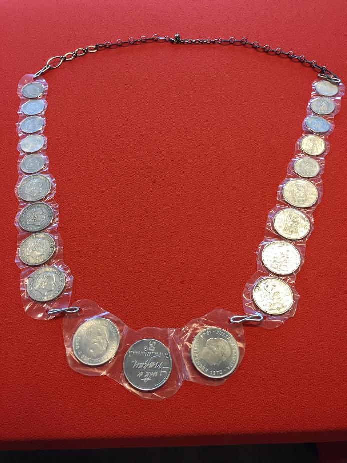 Een inwoner van Altena maakte van zilveren munten zelf een ambtsketen