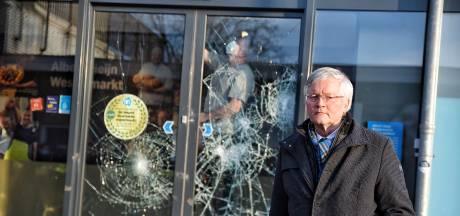 Boze burgemeester Tilburg bekijkt schade: 'Rellen zijn totale minachting voor mensen die al maanden in de frontlinie vechten'