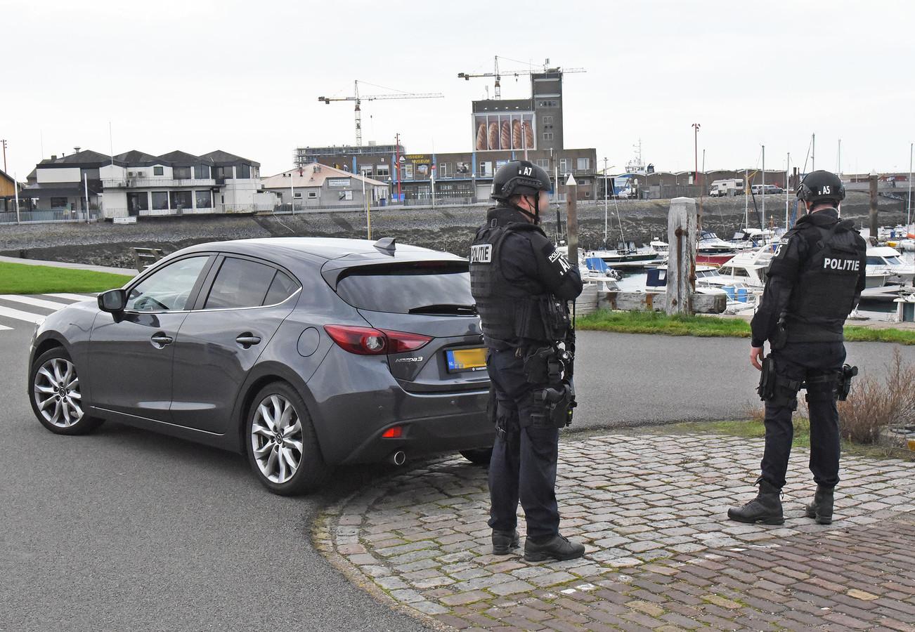 Zwaarbewapende agenten stonden bij de haven van Breskens, maar waarop ze wachtten is nog niet bekend.